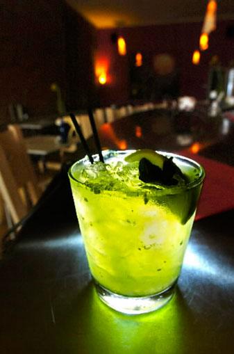 Алкогольный мохито традиционно состоит.