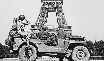 soldiers-in-front-of-eiffel-tower.jpg